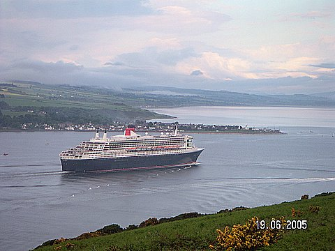 QM2 entering the firth.