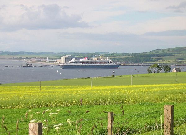 QM2 leaving the firth