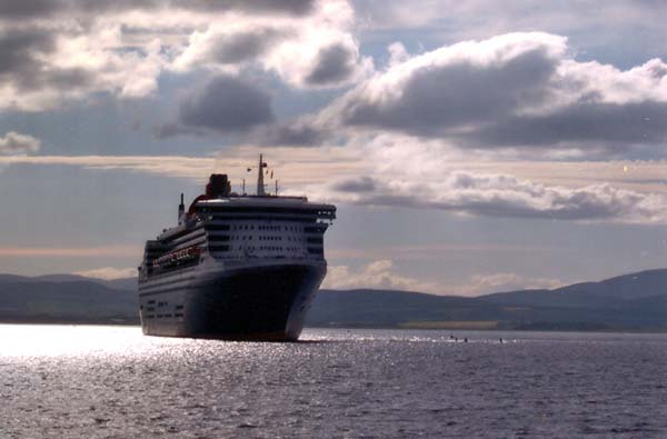 QM2 leaving Invergordon