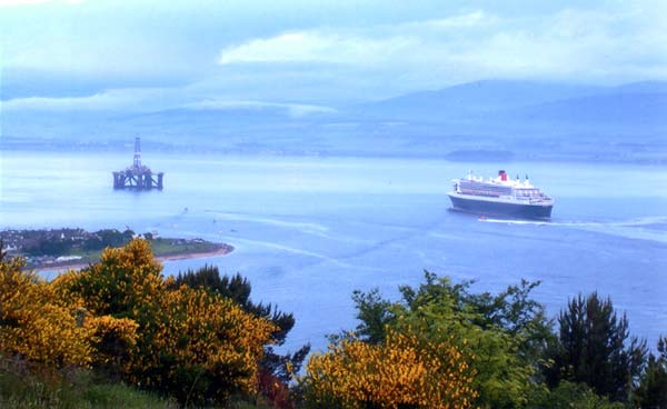 QM2 in the Cromarty Firth