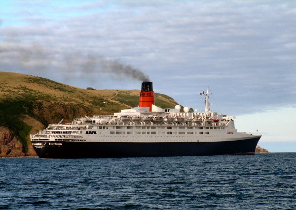 The QE2 leaves the Firth 1-8-05