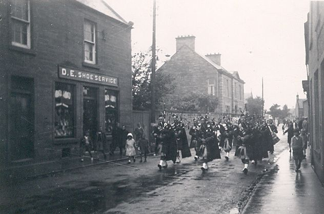 Pipe Band on High St - c1950