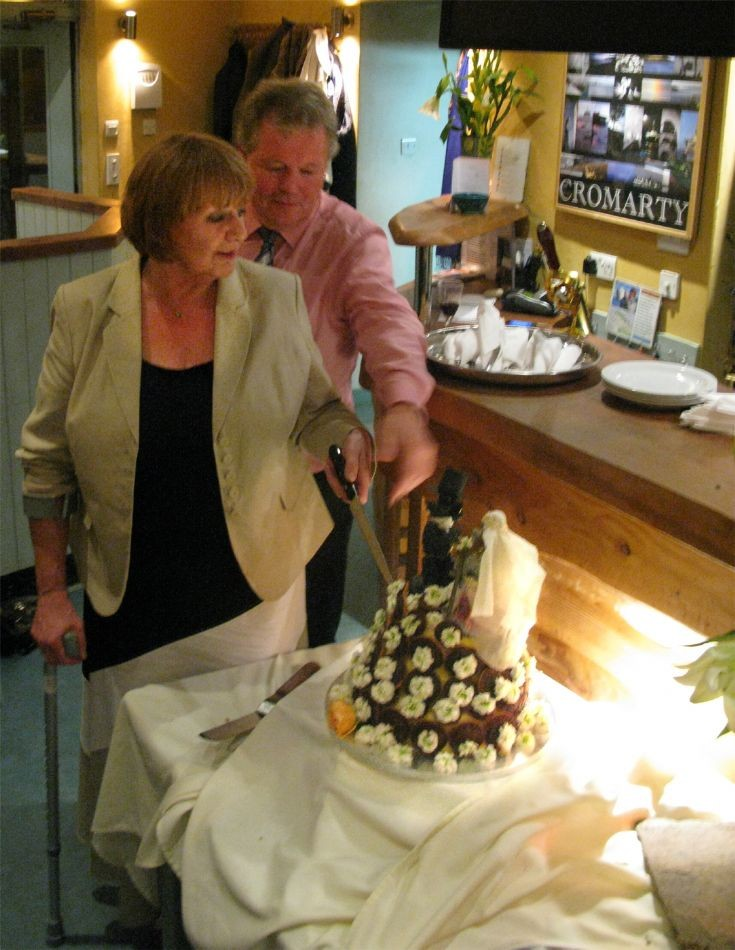 Viv and Alan cut the cake at Sutor Creek.