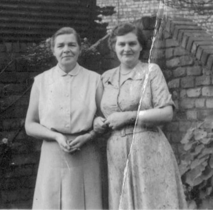 Annie Davie with her sister Nellie Mackenzie