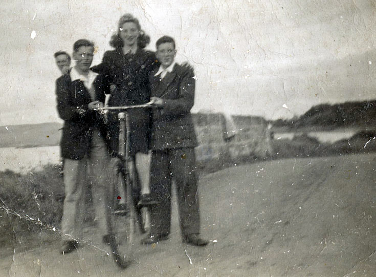 Cycling group near Red Burn c1943