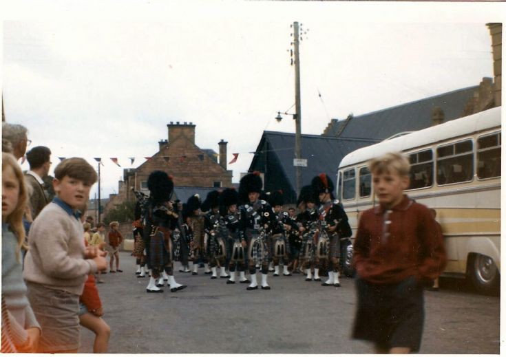 Pipe band on High St