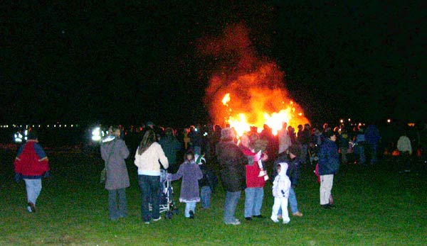Bonfire Night 2003, gathering crowd