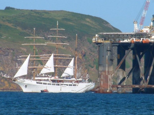 Sea Cloud II picks up a pilot